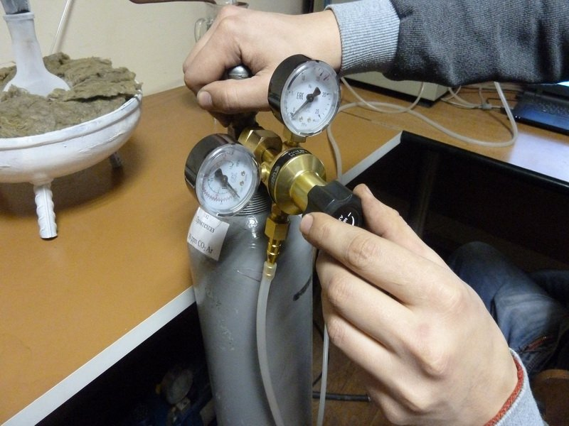 Подключение газового баллона к измерительным устройствам