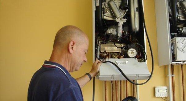 Разобранный при обслуживании газовый котел